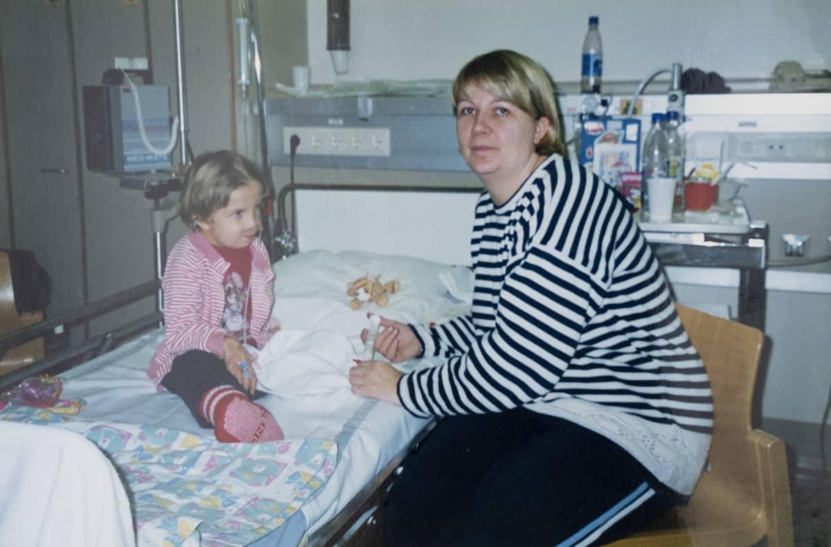 Jasmin Pyykkö ja hänen äitinsä Anu Juutilainen sairaalassa.