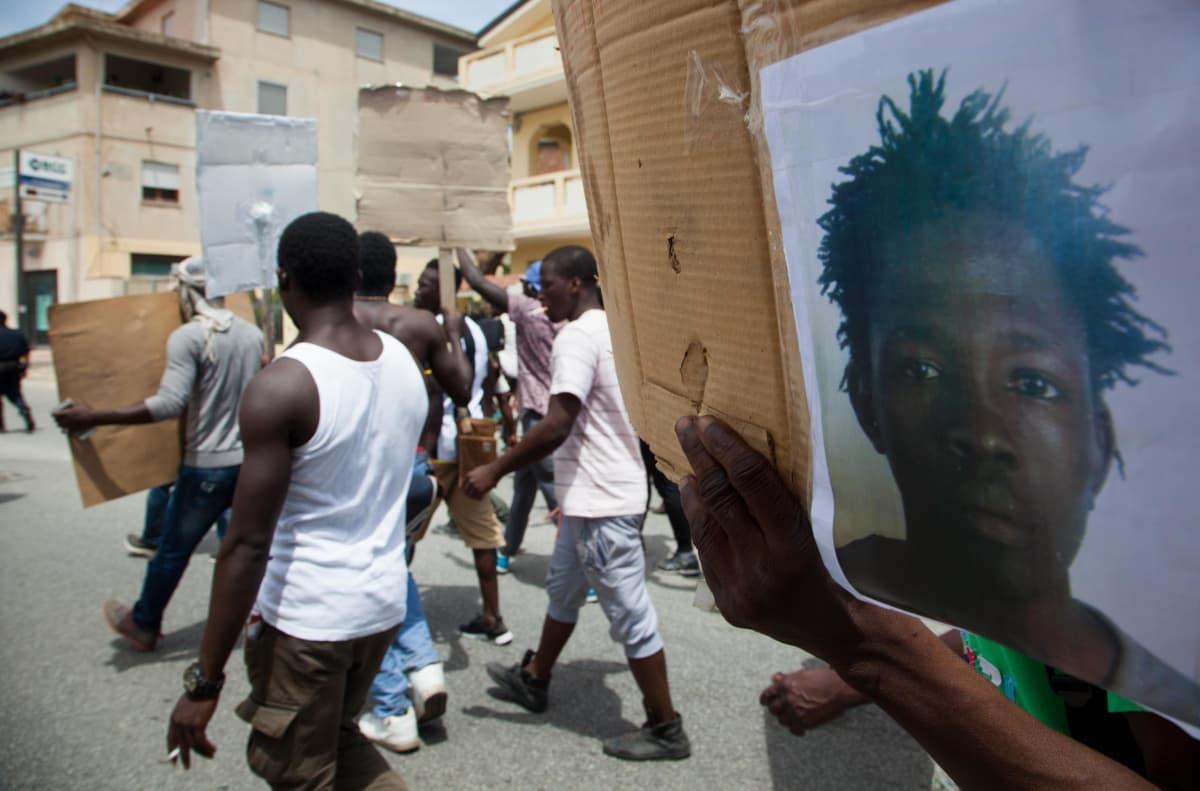 siirtolaisten mielenosoitus italiassa