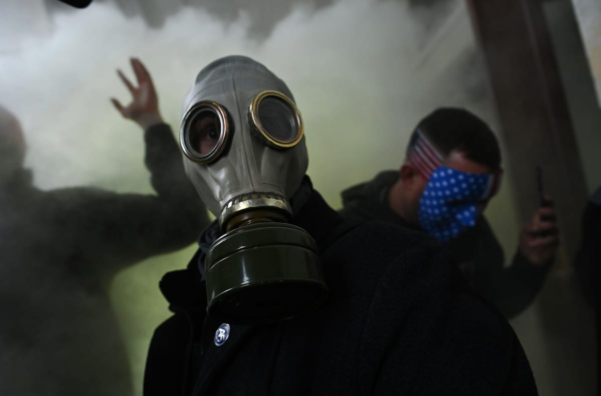 Mielenosoittaja kaasunaamarissa Yhdysvaltain kongressitalossa Washington DC:ssä.
