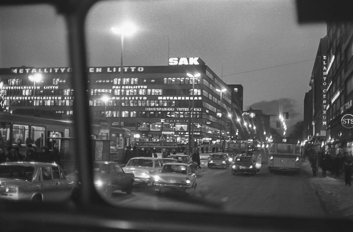 SAK:n toimitalo iltavalaistuksessa noin vuonna 1970.