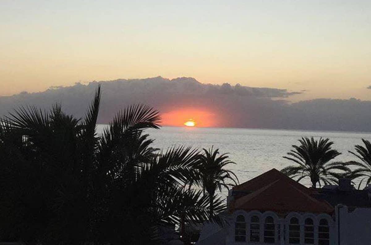 Aurinko laskee palmujen taakse