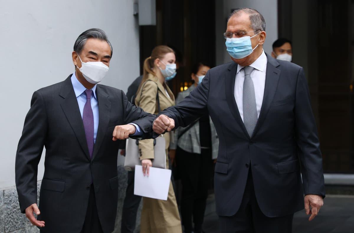 Sergei Lavrov ja Wang Yi tervehtivät kyynärpäitä kopauttamalla.