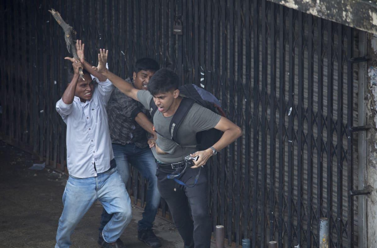 Kuvajournalisti joutui lauantaina tuntemattoman miesjoukon pahoinpitelemäksi.