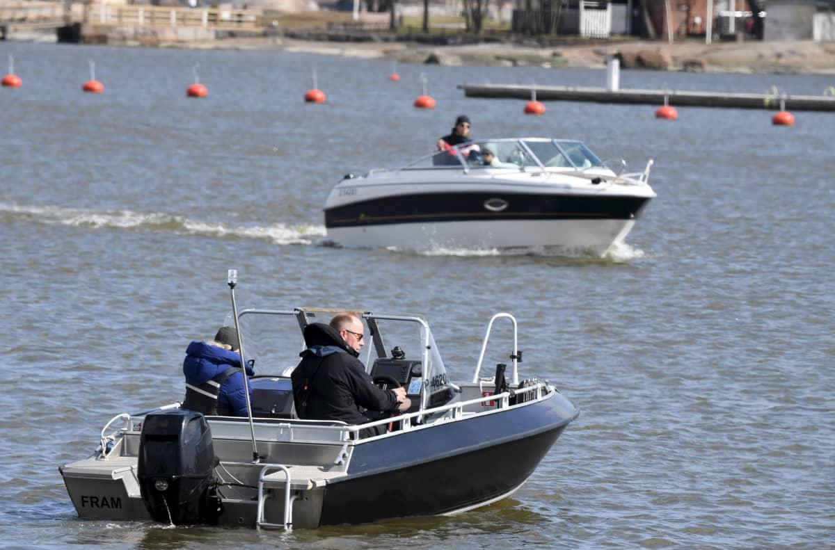 Veneitä Kaivopuiston edustalla.