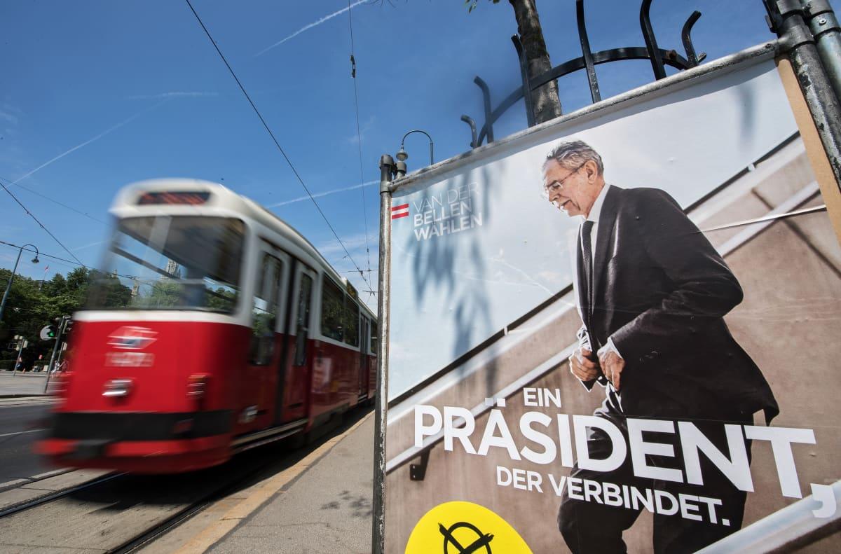 Alexander van der Bellenin vaaliteemana oli yhdistää itävaltalaiset. Se on helpommin sanottu kuin tehty, sillä hän voitti toista poliittista äärilaitaa edustavan vastaehdokkaan vain niukasti.