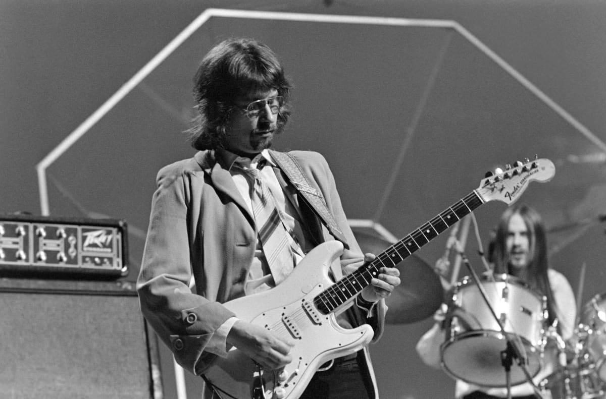Hasse Wallin mukaan Hendrixin Suomen-konsertti oli käänteentekevä kokemus hänen muusikonurallaan. Kuvassa Wallin tyylinäyte Iltatähti-ohjelmassa vuodelta 1977.
