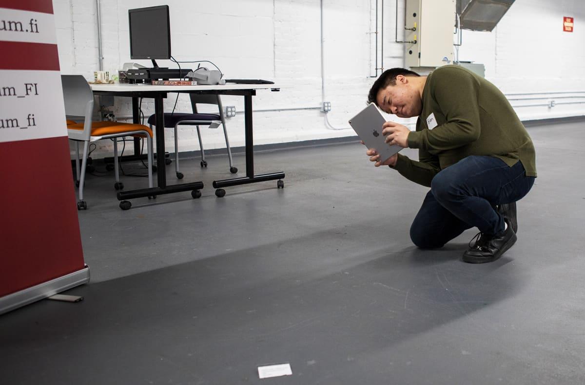 Memorandum-yritys tekee lisätyn todellisuuden AR-sovelluksia, kohderyhmänä museot. Mies katselee Alvar Aallon Paimio-tuolia sovelluksen avulla.