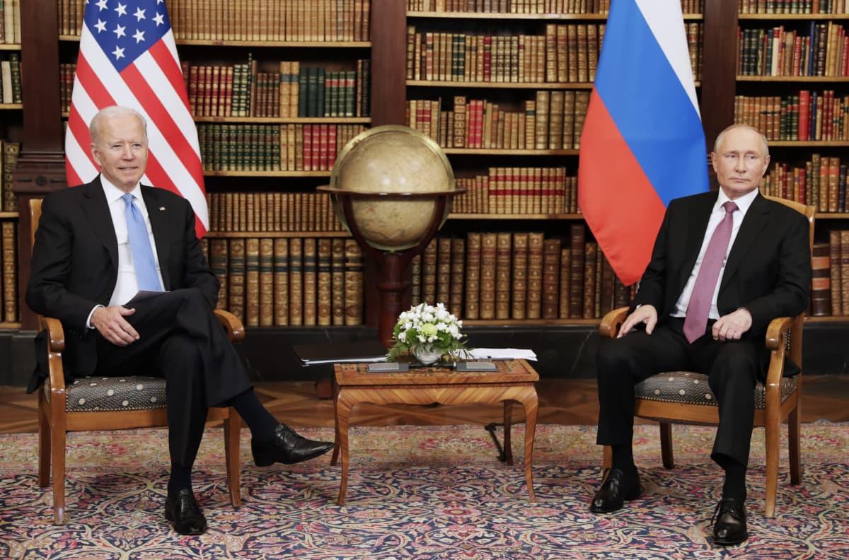 Joe Biden ja Vladimir Putin istuvat tuoleilla vierekkäin.