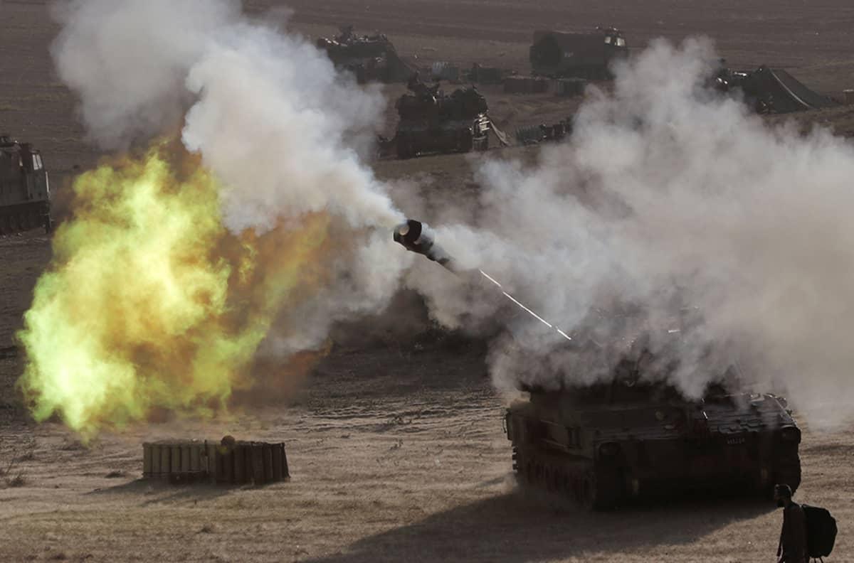 Israelilaistankki ampui raja-alueilta Gazaan 14. heinäkuuta 2014.