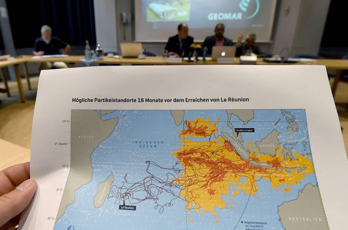 Australian rannikolta Madagaskarille ulottuvan merialueen karttaan on merkitty reittejä, joita merestä löytyneet, koneen osiksi epäillyt esineet ovat ajelehtineet.