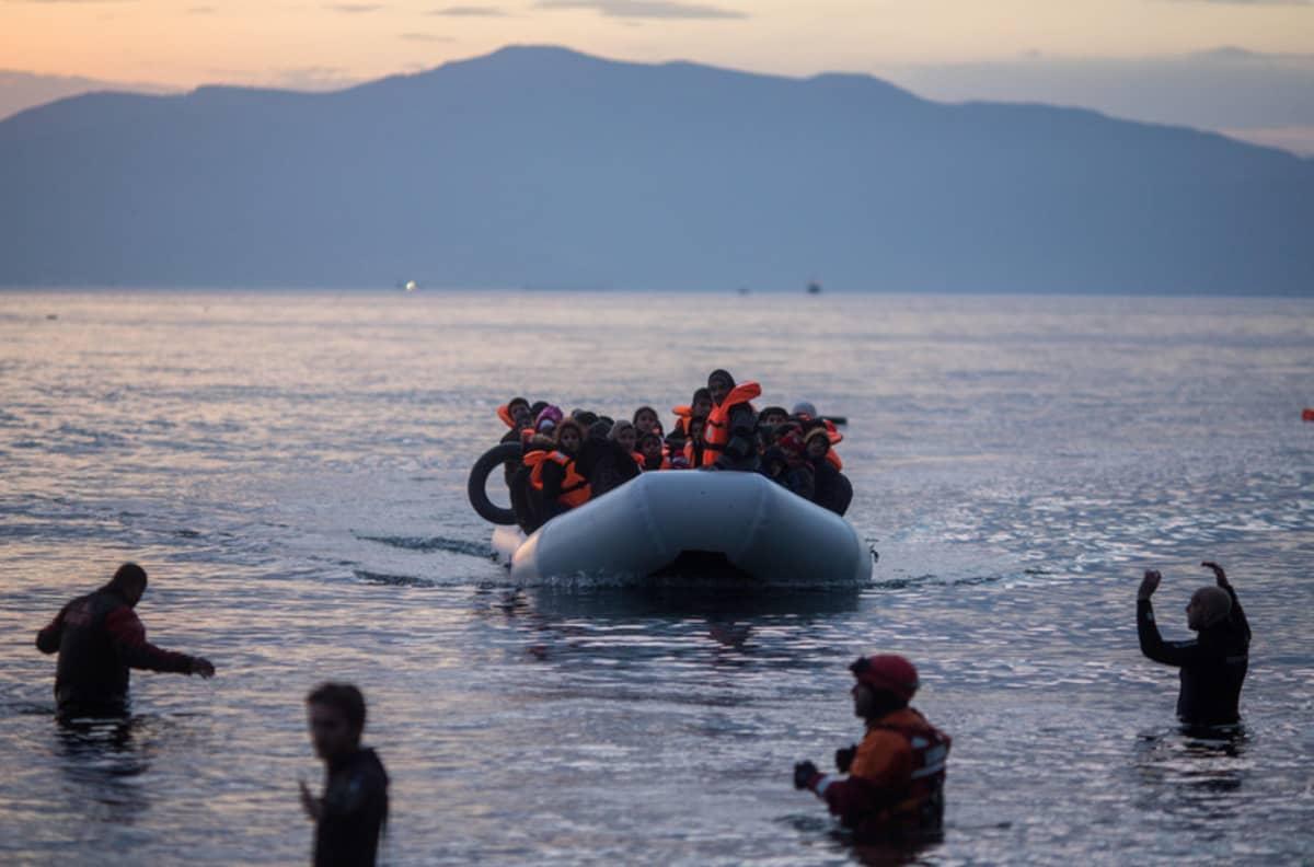 Kumivene saapuu Lesboksen saarelle keväällä 2016.