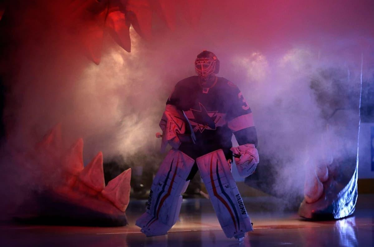 San Jose Sharksin Antti Niemi luistelee jäälle kotikentällään.