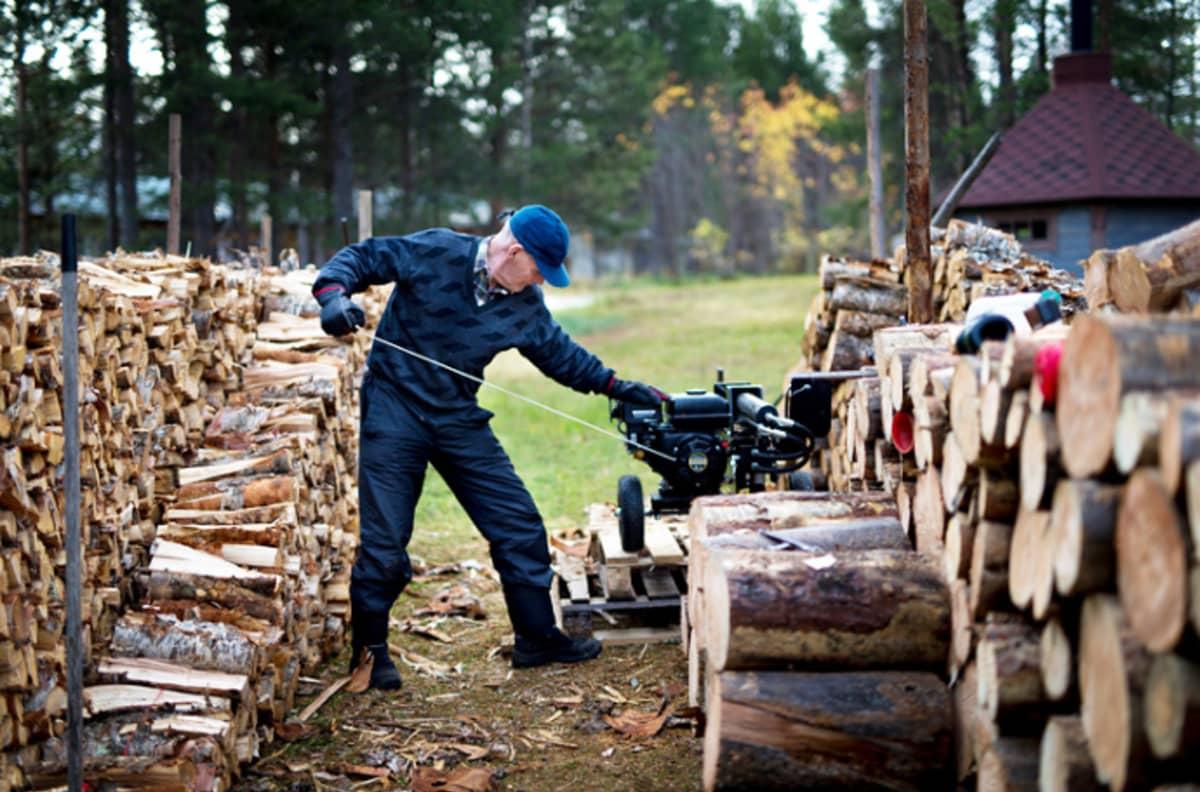 Antti J. Leinonen kuvasi leskimiehen yksinäistä taloudenpitoa.