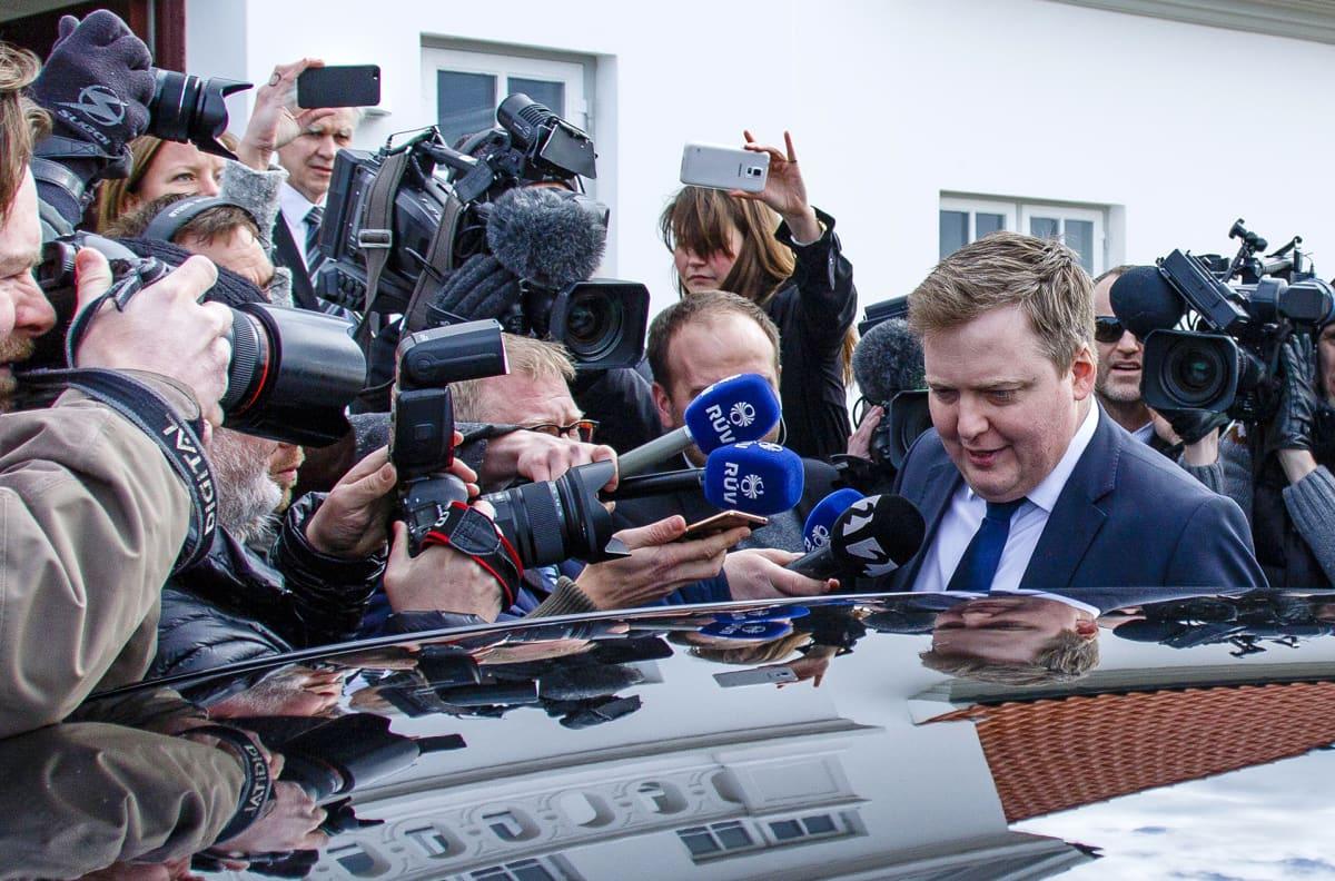 Pääministeri Sigmundur Davíð Gunnlaugsson poistui median ympäröimänä tapaamisesta Islannin presidentin kanssa 5. huhtikuuta
