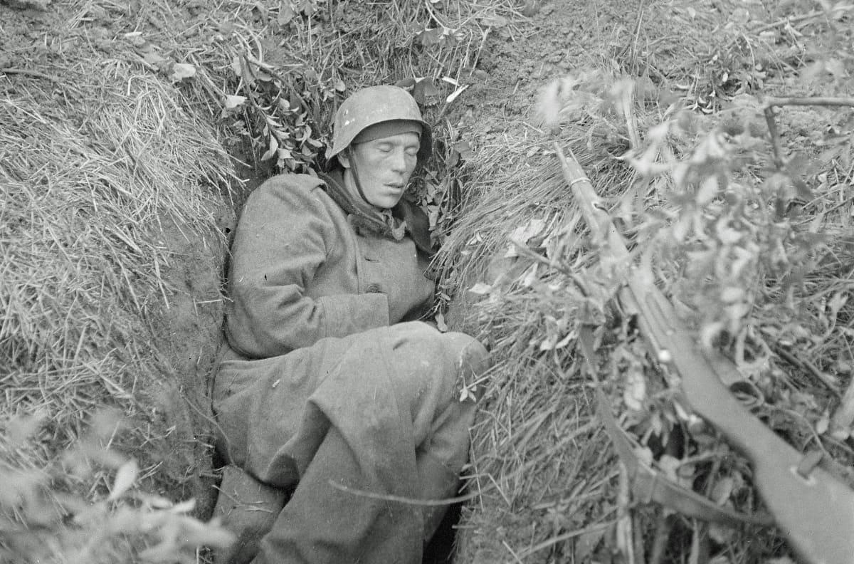 Uupunut sotilas maakuopassa.