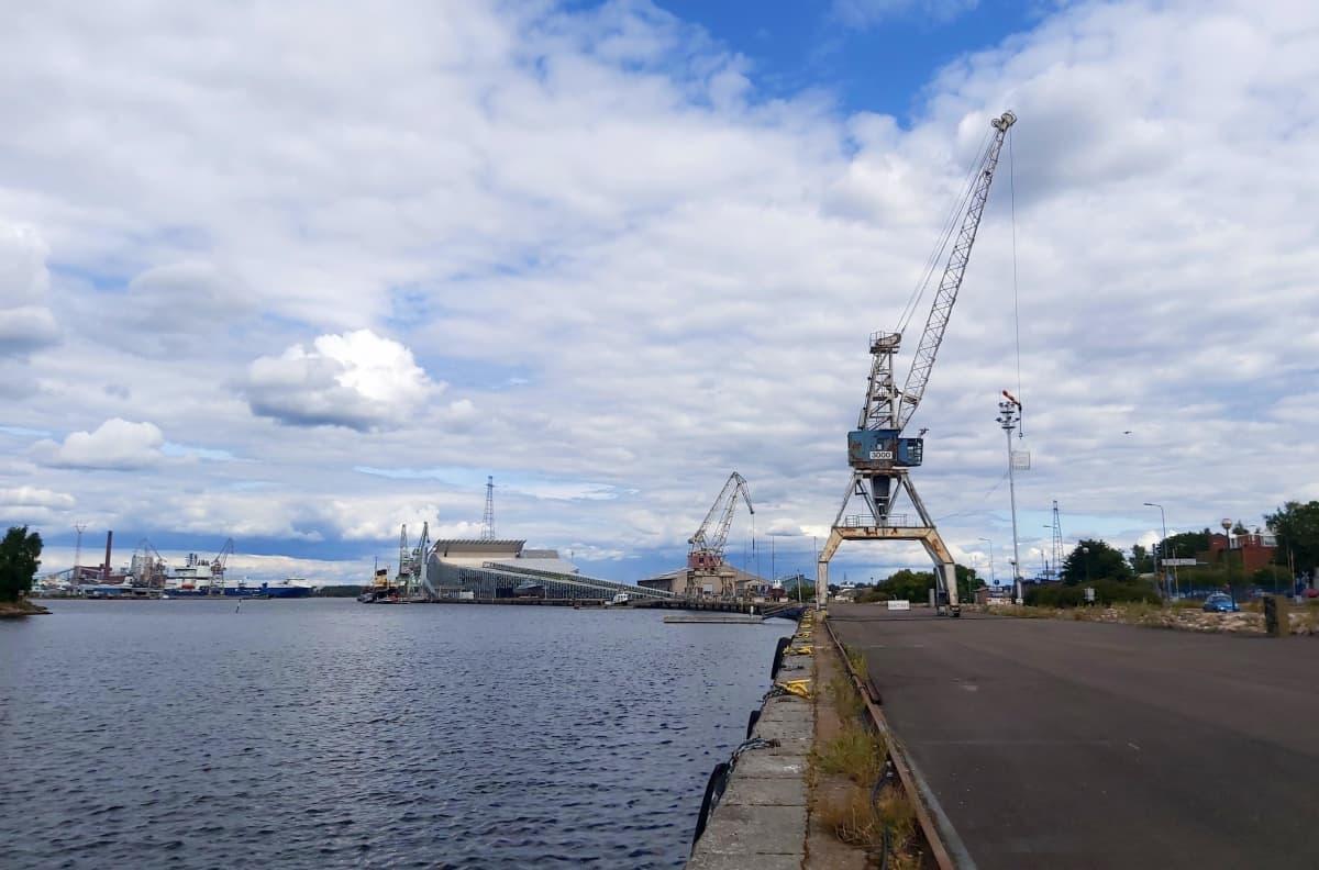 Kuva Kotkan kantasatamasta. Merta, merikeskus Vellamo ja suuri nosturi.