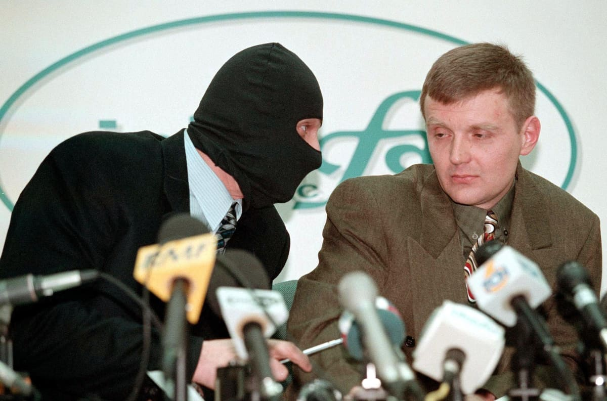 Oikealla oleva Aleksandr Litvinenko piti Moskovassa vuonna 1998 kuuluisan tiedotustilaisuuden, jossa hän syytti tiedustelupalvelu FSB:tä suurliikemies Boris Berezovskin murhan suunnittelusta.