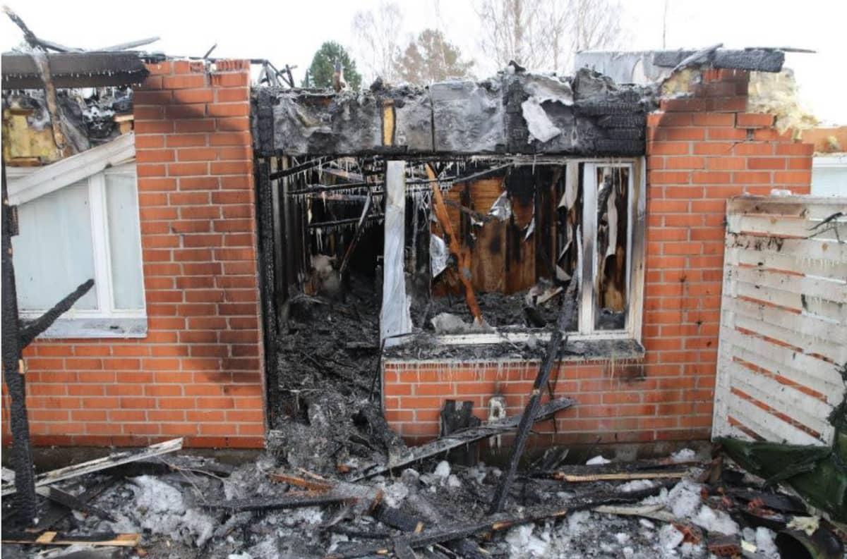 Tulipalossa vaurioituneen asunnon olohuone