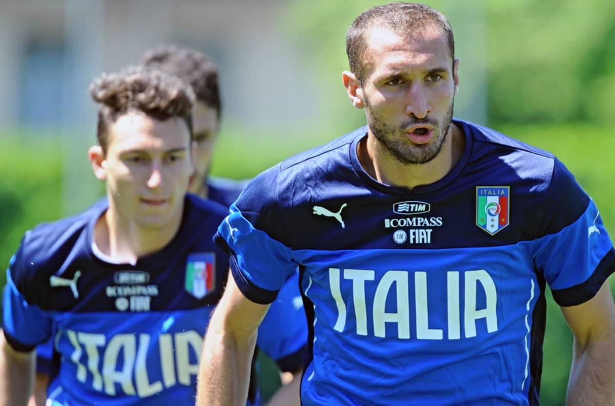 Italian Giorgio Chiellini juoksee joukkueen harjoituksissa.