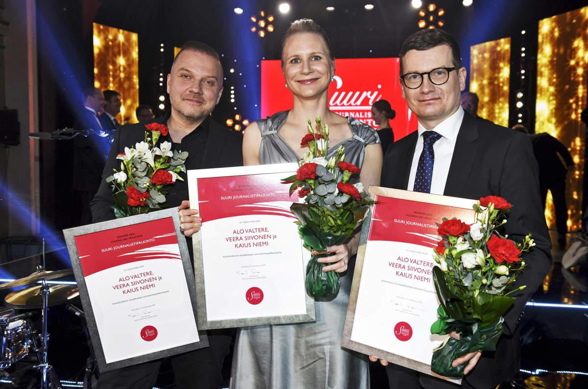 Vuoden Journalistinen Teko -palkinnon saivat Helsingin Sanomien Alo Valtere (vas.), Veera Siivonen ja Kaius Niemi Land of Free Press -kampanjasta.