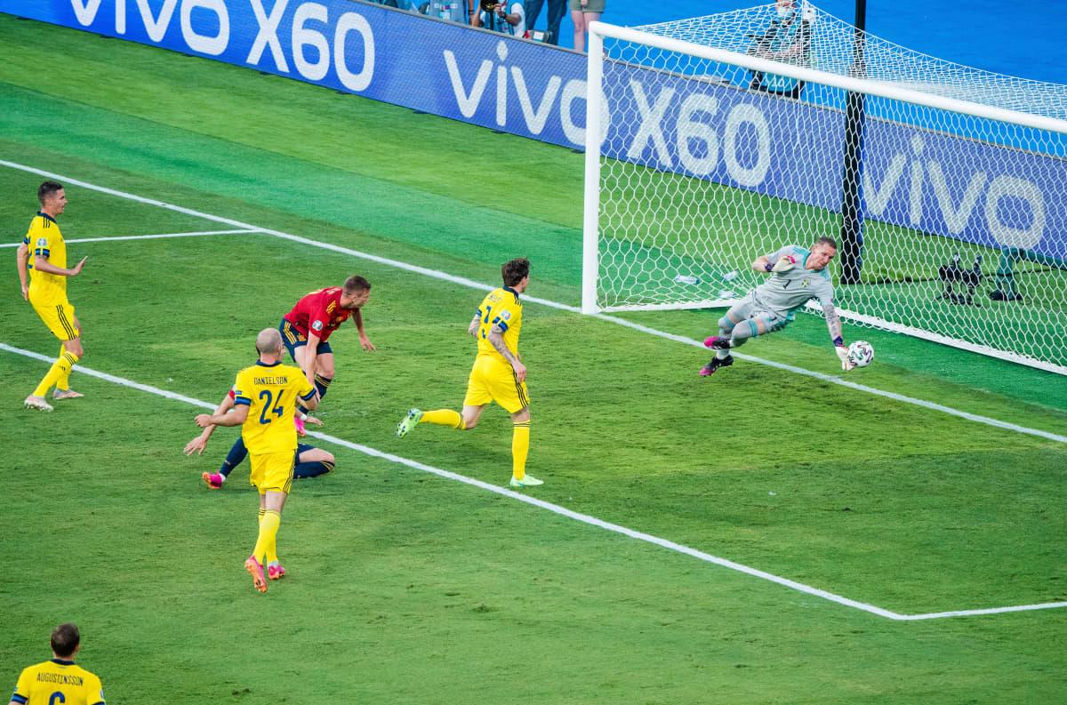 Olsen torjuu pallon alakulmasta.