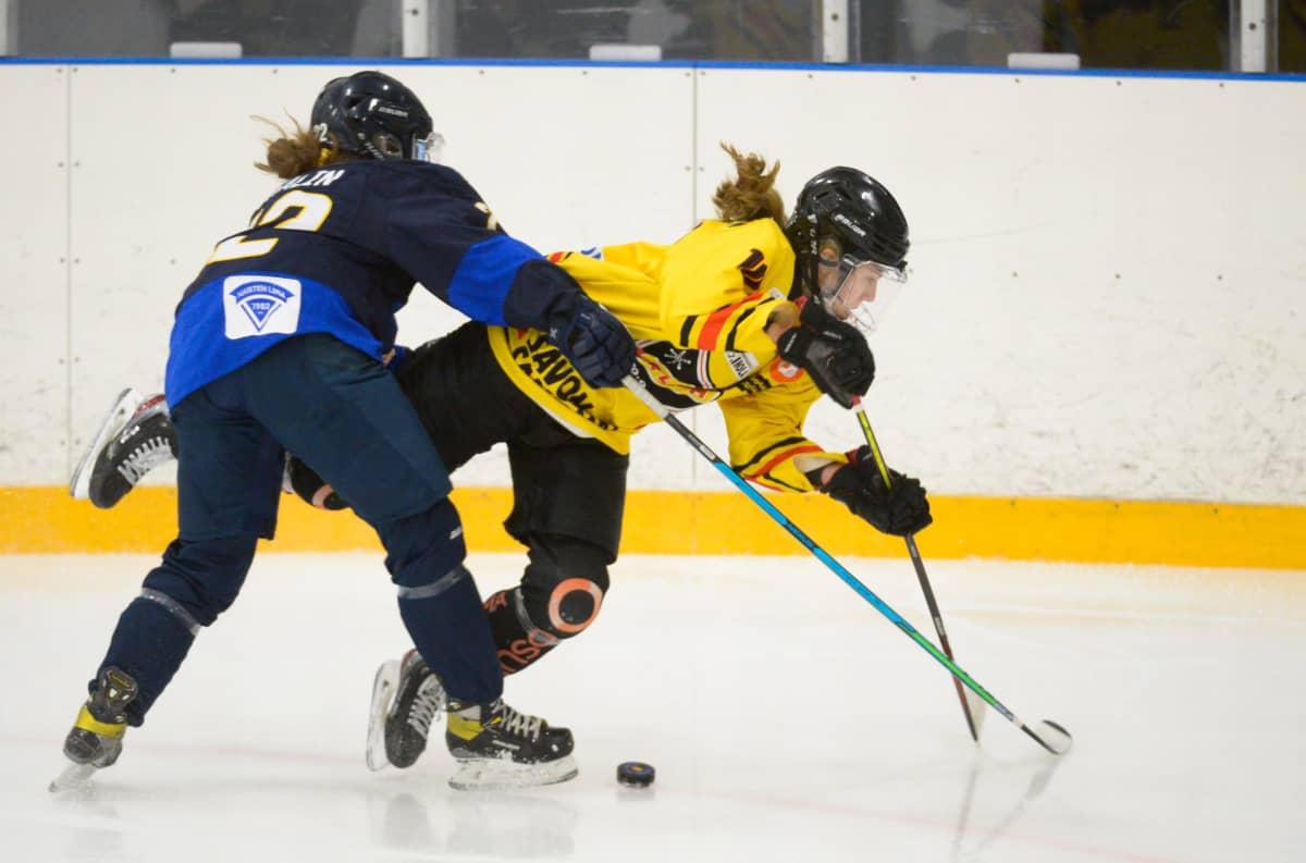 Kiekko-Espoon Julia Schalin kampittaa KalPan Elisa Holopaisen Naisten Liigan avausfinaalissa 20.3.2021.