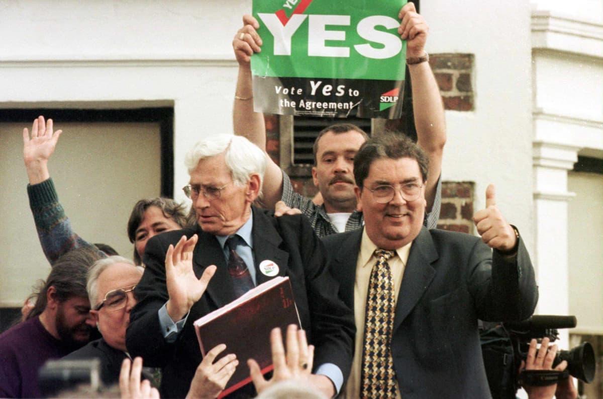 John Hume nostaa peukalon pystyyn puolueväen ympäröimänä