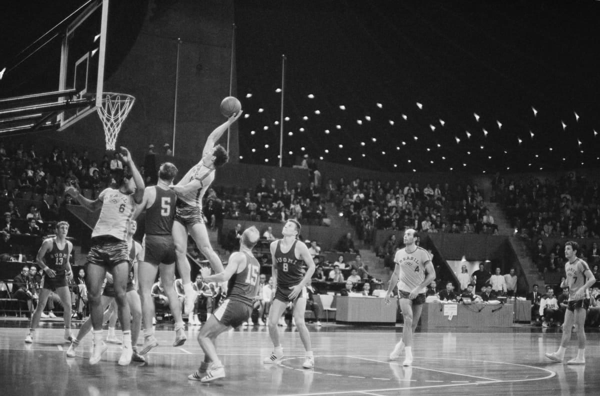 Suomen koripallomaajoukkue kohtasi vuoden 1964 olympiaturnauksessa mm. Brasilian.