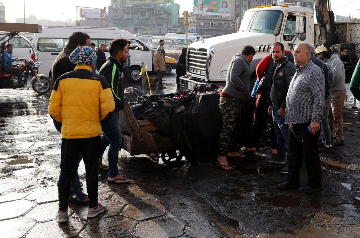 Irakilaiset kokoontuneita Tayaran aukiolle itsemurhapommi-iskun jälkeen 15. tammikuuta. Kaksi itsemurhapommittajaa tappoi ainakin 16 ja useita kymmeniä haavoittui.