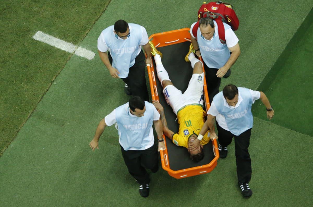 Neymar kannettiin paareilla pois kentältä.