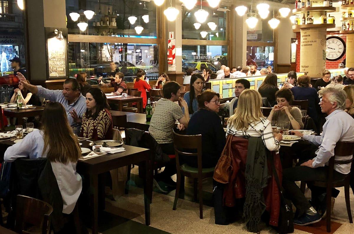 Ihmisiä ravintolassa.
