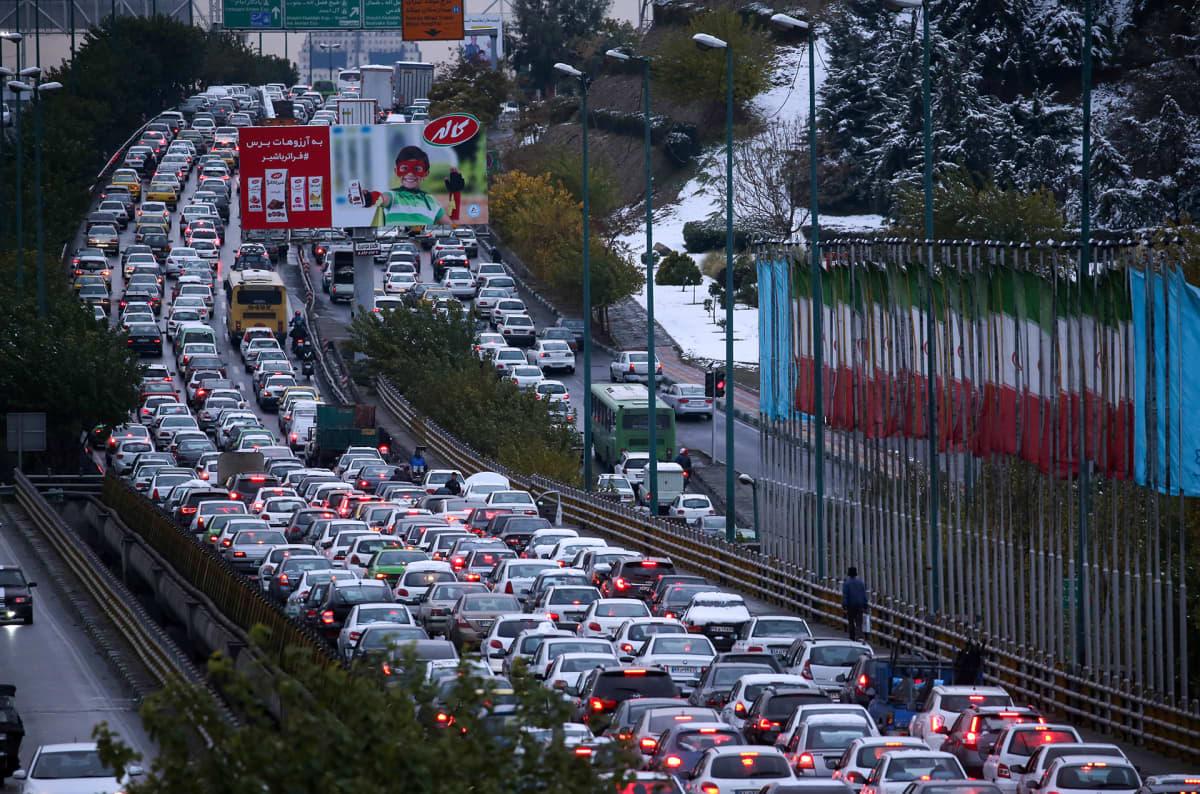 Autoilijat tukkivat moottoritien Teheranissa vastalauseena bensan hinnan korotuksille.