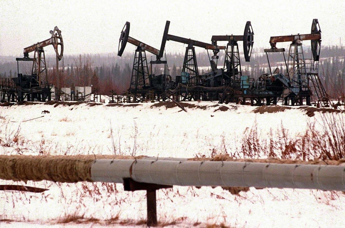 Öljykenttä Surgutin alueella Siperiassa.