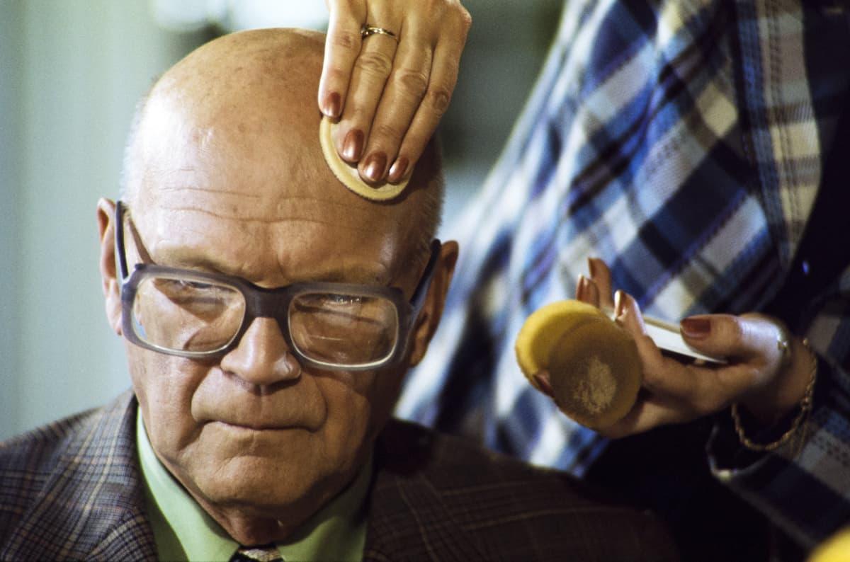 Presidentti Urho Kekkosta valmistellaan tv-kuvauksiin vuonna 1975.