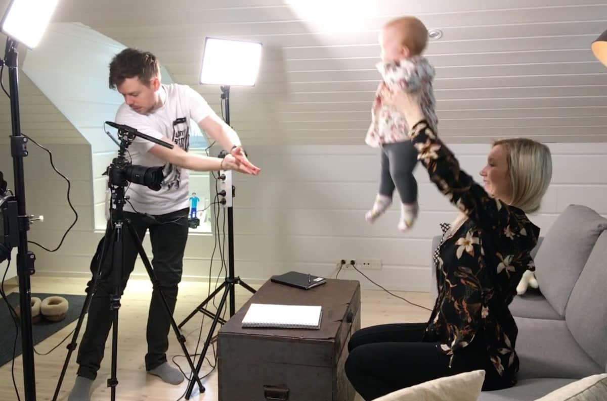 Youtubettajat Thomas ja Titta Halloran valmistautuvat videon kuvaamiseen Isla-vauvansa kanssa.