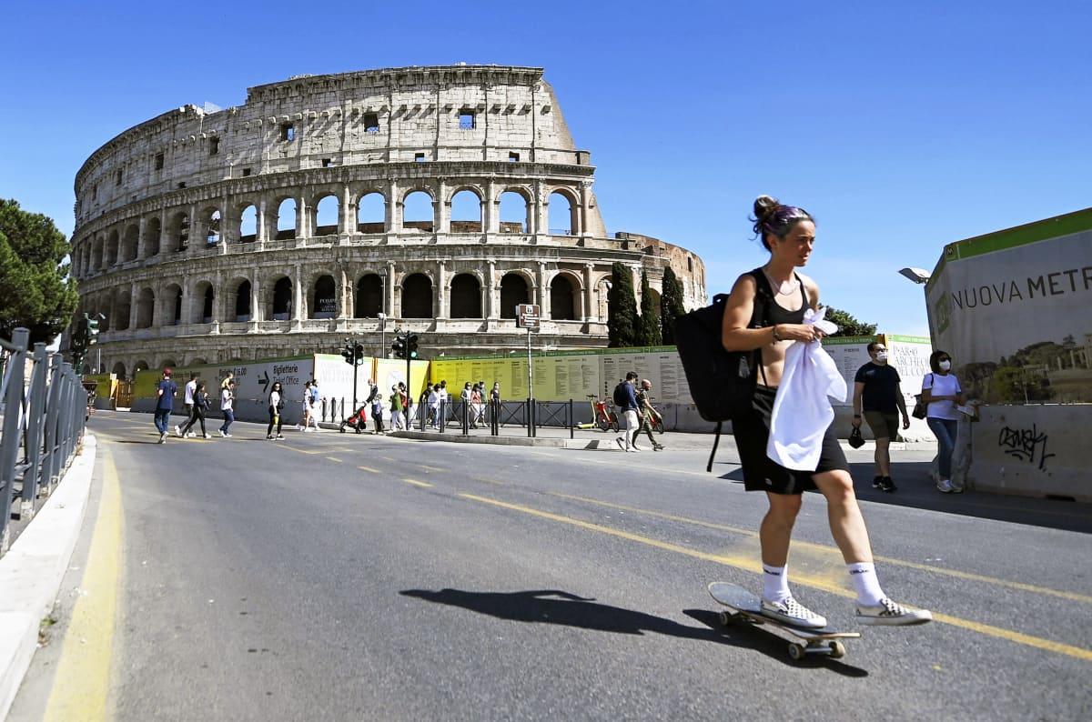 Skeittari Rooman Colosseumin edustalla.