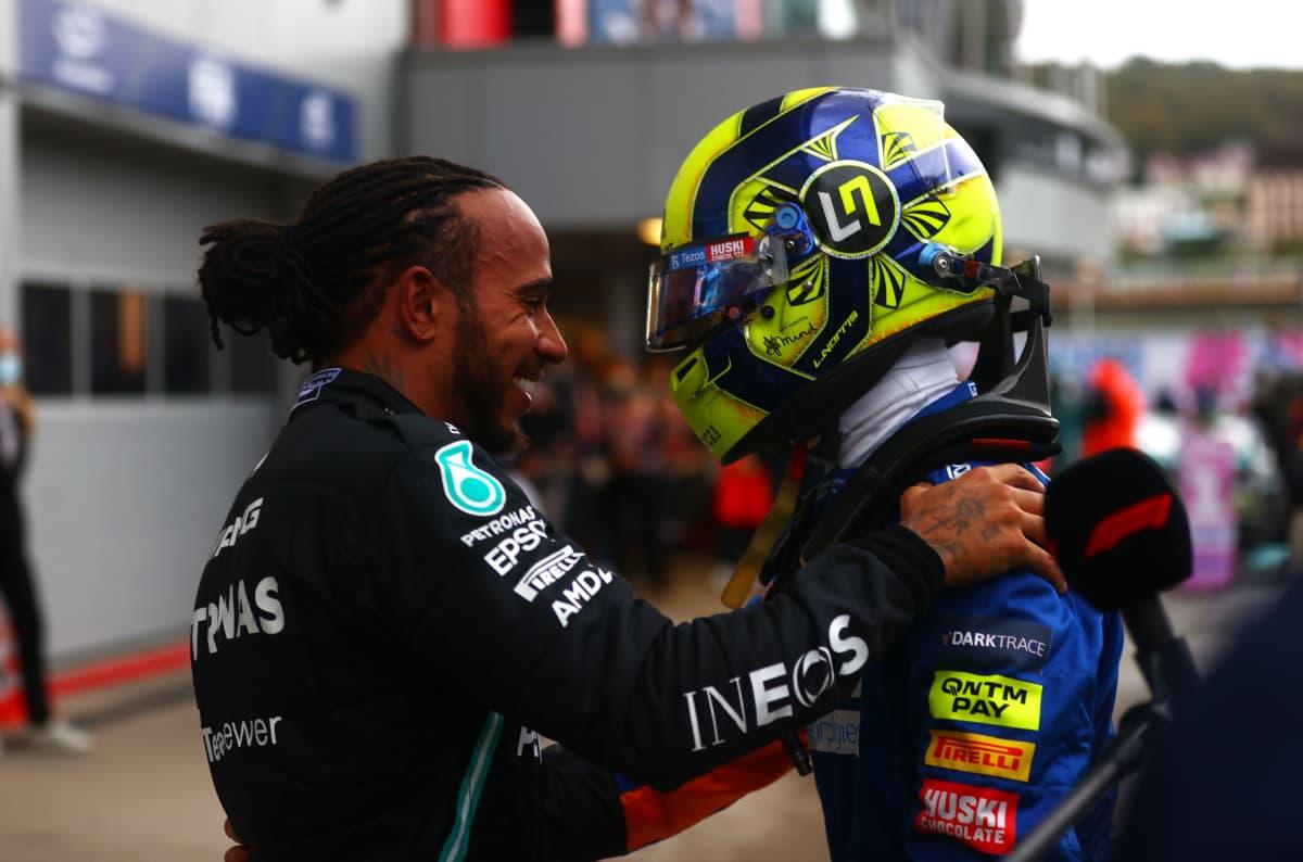 Lewis Hamilton lohduttaa Lando Norrisia Venäjän GP:n jälkeen.