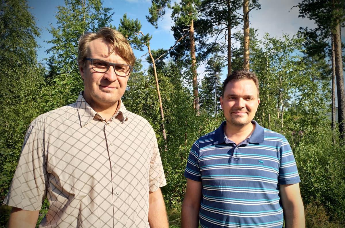 Peräseinäjoen metsästysseuran villisikahavaintojen yhteyshenkilö Juha Koliini (vas.) ja riistanhoitoyhdistyksen toiminnanohjaaja Henri Honkala.