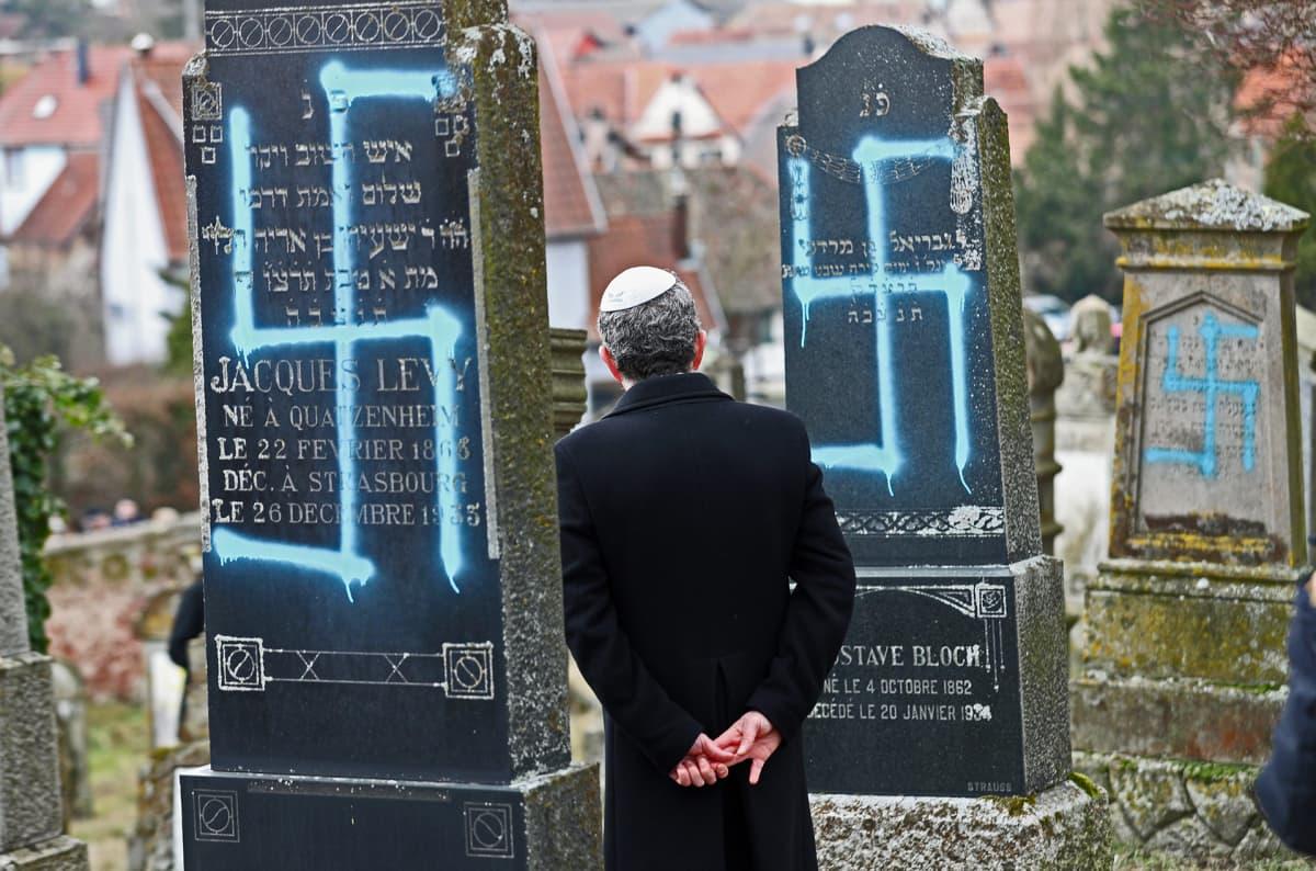 Juutalaisten hautausmalla on hautakiviin töhritty hakaristejä.