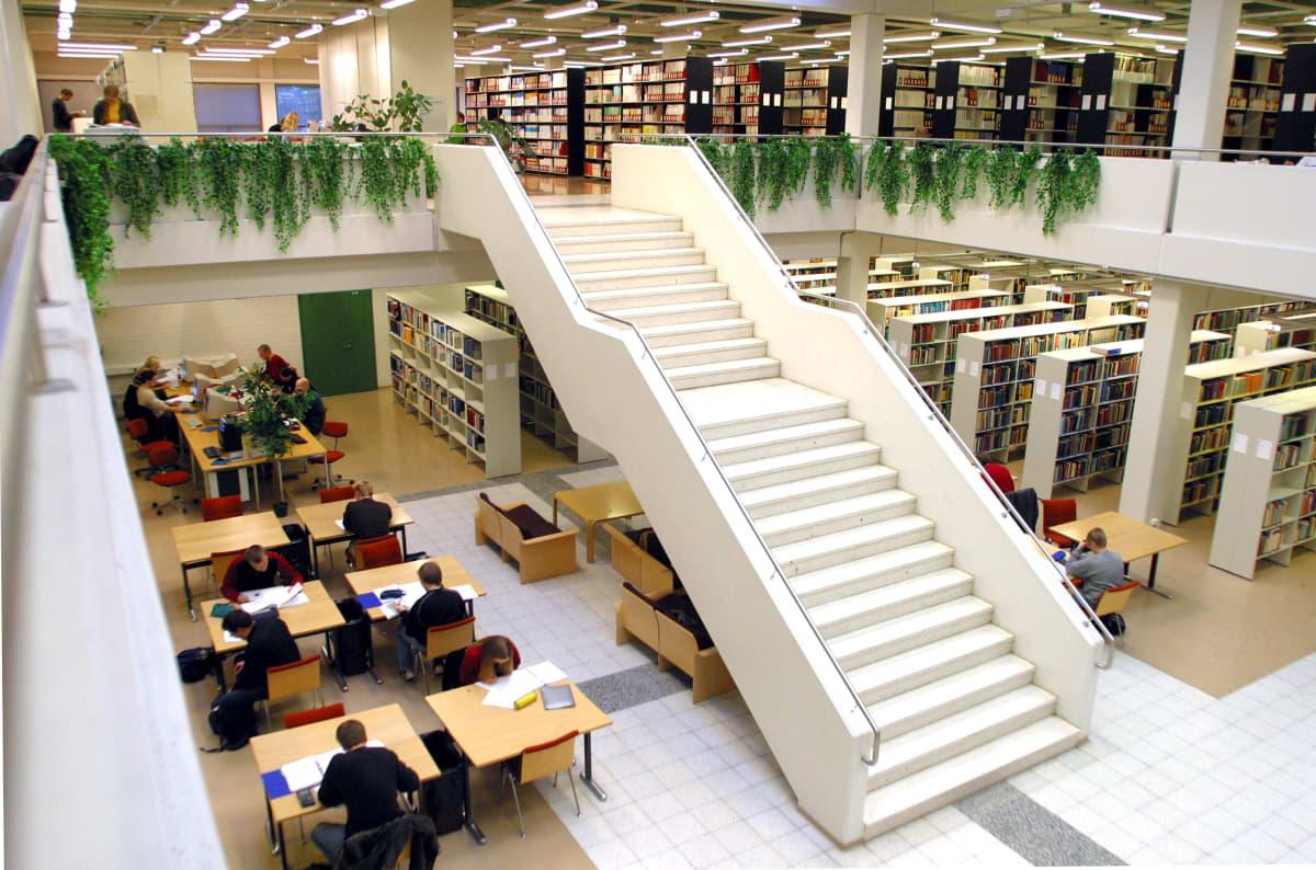 Päärakennus valmistui vuonna 1983. Yliopiston kirjasto toimi Päärakennuksessa syksyyn 2015, jolloin kirjasto muutti uusimpaan rakennukseen, Kampusareenaan.