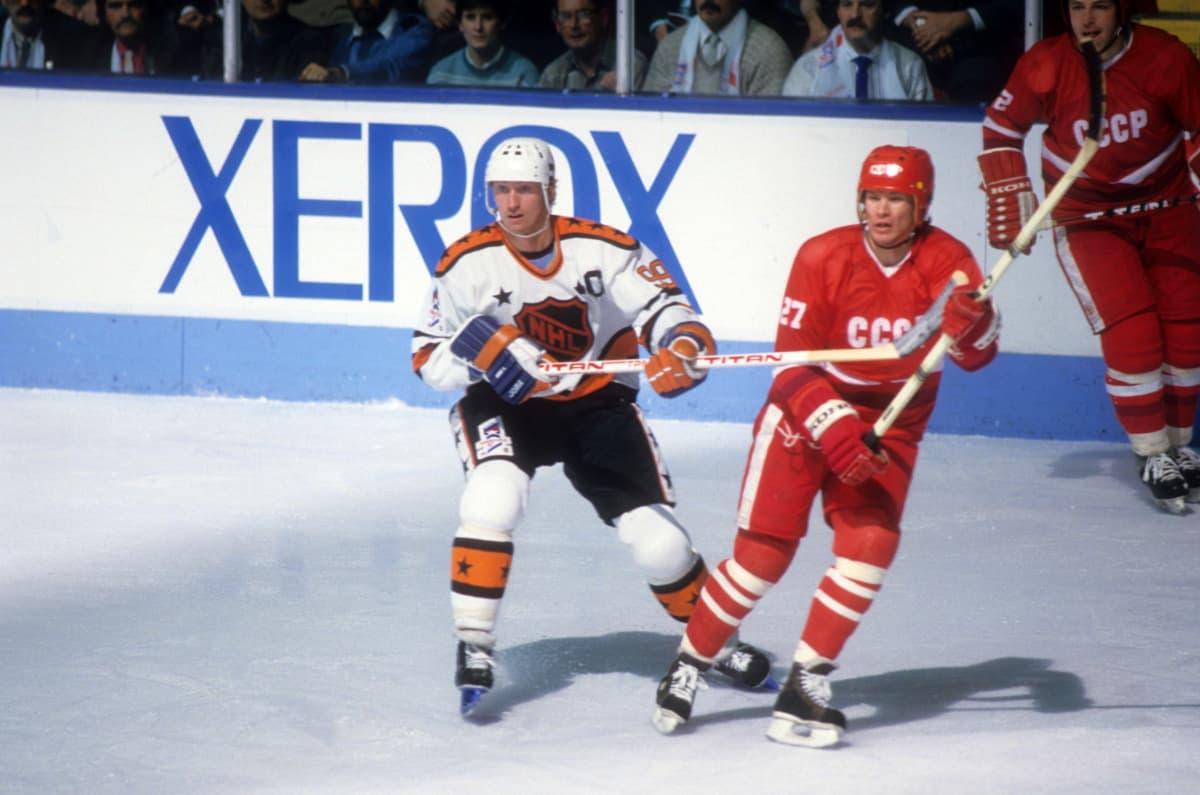 Wayne Gretzky ja Vjatsheslav Bykov ottivat toisistaan mittaa NHL:n tähtien ja Punakoneen näytösottelussa Quebecissä vuonna 1987.