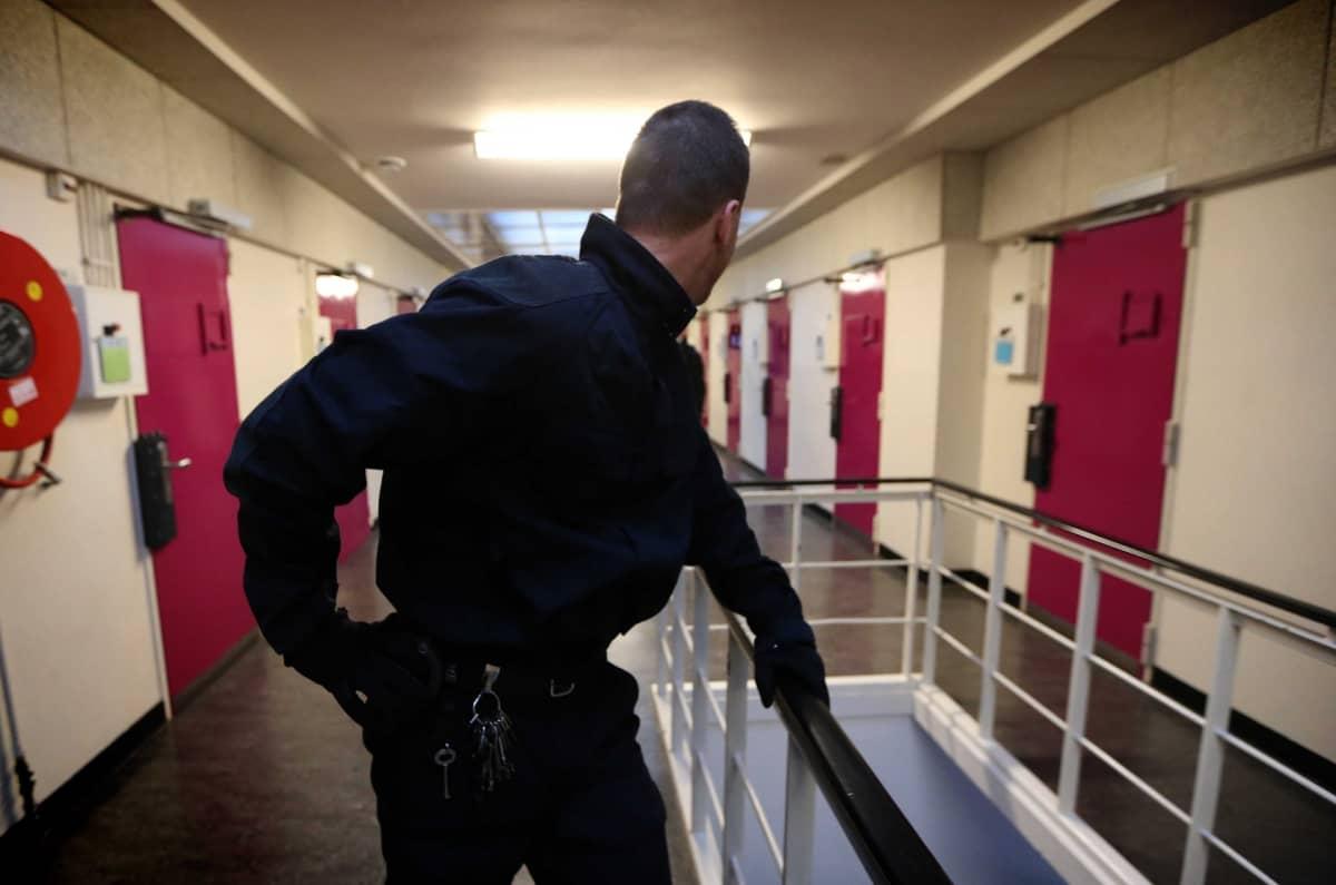 Vartija vankilan käytävällä.