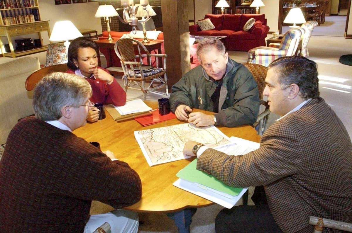 Presidentti George W. Bush, CIA:n johtaja George Tenet (oik.), Valkoisen talon päällikkö Andy Card (1.vas.) sekä turvallisuusneuvonantaja Condoleezza Rice (2.vas.) Camp Davidissa  29. syyskuuta 2001 ennen kuin Bush julisti terrorismin vastaisen sodan.