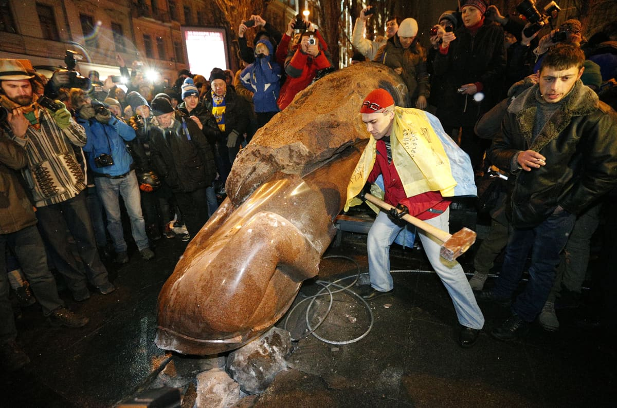 Leninin patsaan kaato  Kievissä Ukrainassa 2013