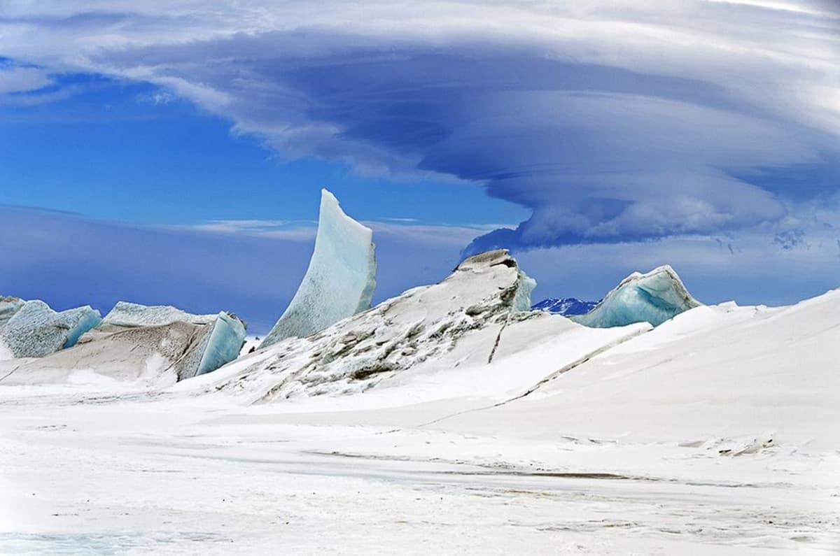 Nasan jääpeitetutkimusten aikana marraskuussa 2013 otettu kuva Etelämantereen jäistä ja pilvimuodostelmasta Mount Discovery -tulivuoren yllä.