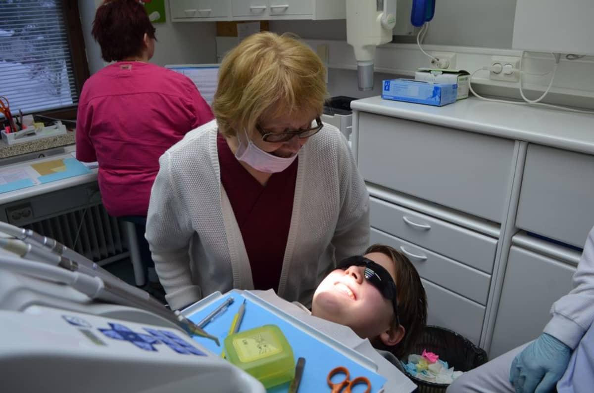 Katri Keski-Nisula on tyytyväinen nähdessään Onni Marttilan hammasrivistön oikomishoidon loppumetreillä.