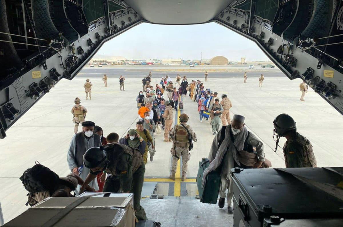 Espanjan ilmavoimat evakuoivat lentokoneella espanjalaisia kansalaisia ja afganistanilaisia perheitä Kabulin lentokentältä.
