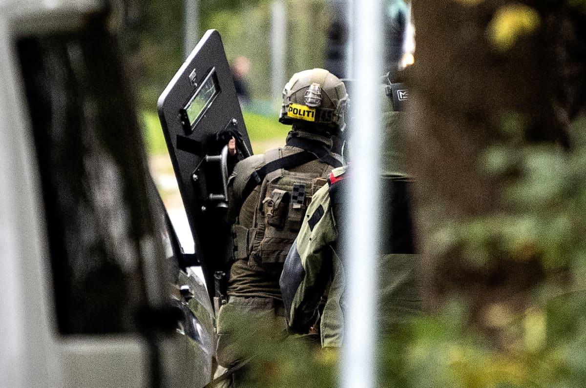 Kilvellä ja kypärällä varustautunut poliisi.