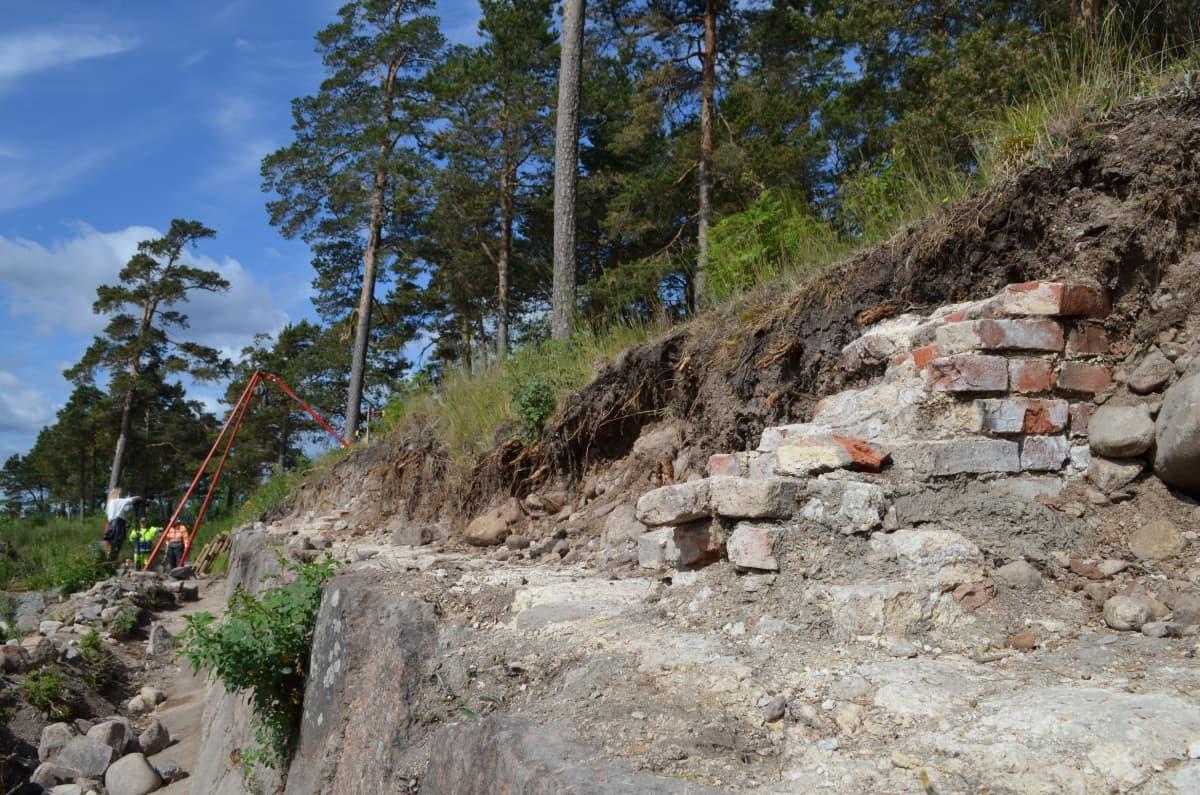 Tiilimuuria kivimuurin päällä Katariinan linnoituksella Kotkassa.