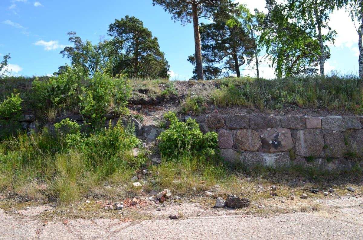 Vasemmalla kunnostamatonta, muotonsa menettänyttä muuria. Oikealla kunnostettu, ryhdikkäämpi muuri.
